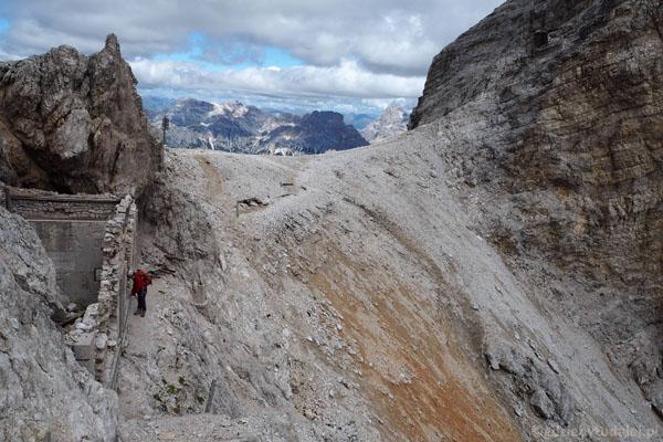 Na przełęczy Forcella Grande jest węzeł szlaków i kolejne pozostałości wojenne.