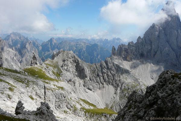 Widać już dalszy przebieg szlaku do Przełęczy Porton.