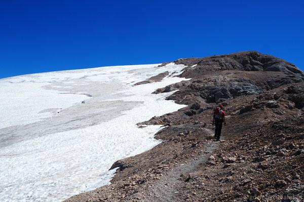 Kopuła szczytowa Marmolady z zalegającym tu płatem śnieżnym.
