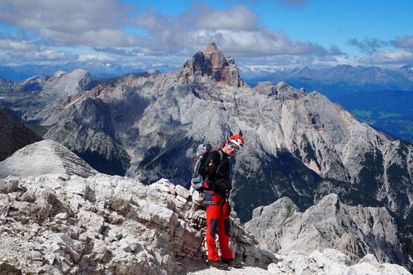 Nad panoramą góruje czerwona Croda Rossa.