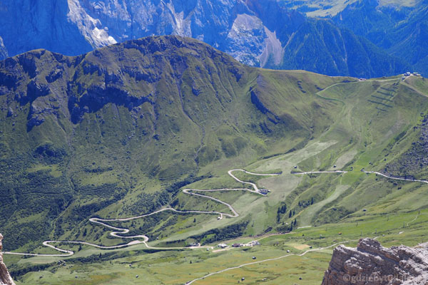 Górskie drogi najlepiej oglądać z lotu ptaka.