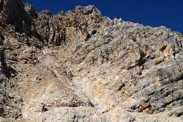 Wzorowo poprowadzony szlak trawersuje zbocza Tofany di Dentro.