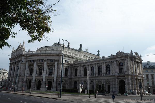 Wiedeński teatr w świetle dnia wygląda jeszcze okazalej.
