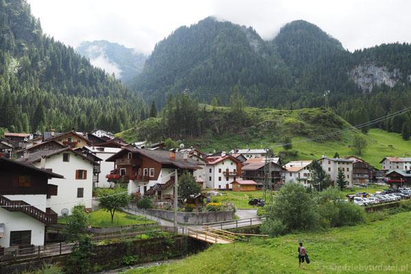 Obok Sottogudy przepływa potok Pettorina.