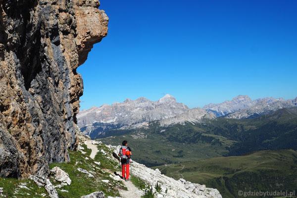 Stąd już tylko łatwa droga do schroniska Kostner. Nad nami imponujące okapy skalne.