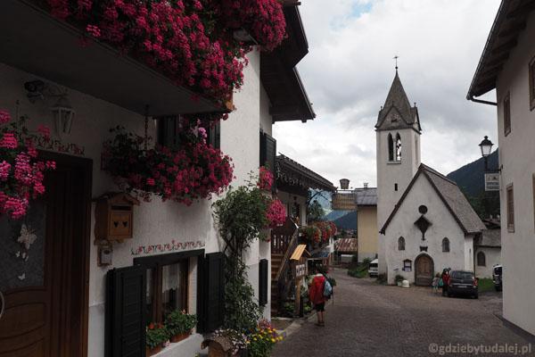W sercu wioski tkwi filigranowy, malowniczy kościółek