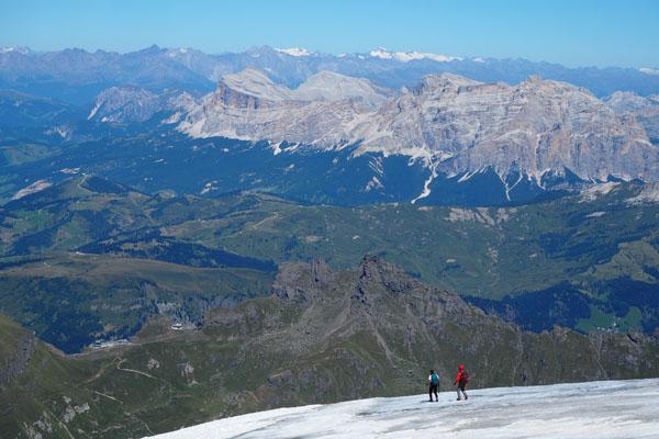 Turyści schodzący na dół lodowcem Marmolady.