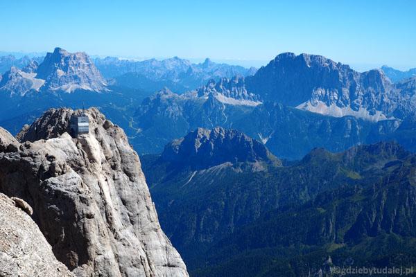 Widać szczyt Punta Rocca z górną stacją kolejki linowej.