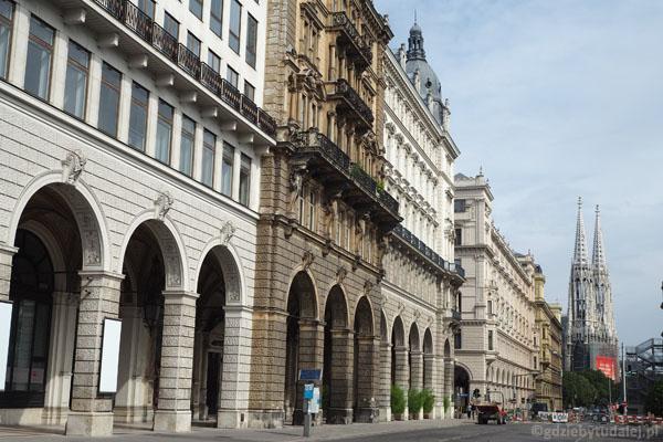 Ulicę Reichsratstrasse zamyka znajoma sylwetka Votivkirche.