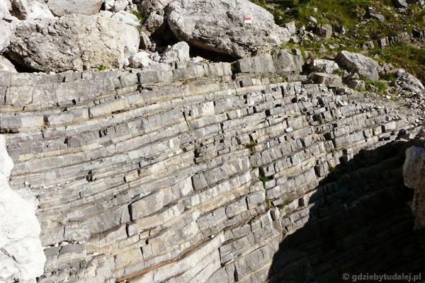 To nie schodki z cegły - to tak wyraźny warstwowy układ skał!.