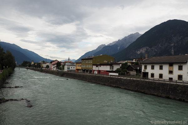 Przez miasto przepływa malownicza Isel.