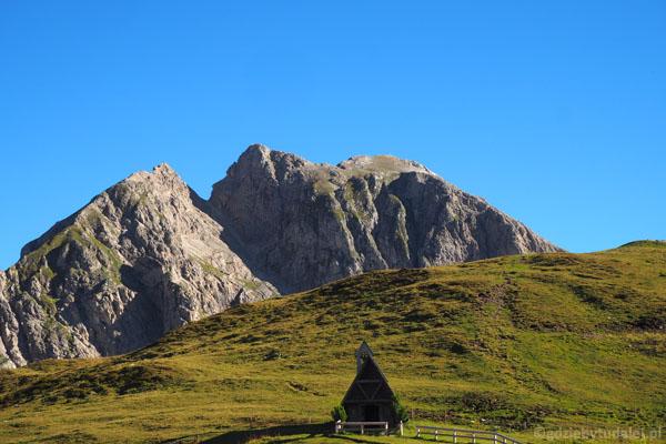 Uroczy kościółek przy Passo Giau.