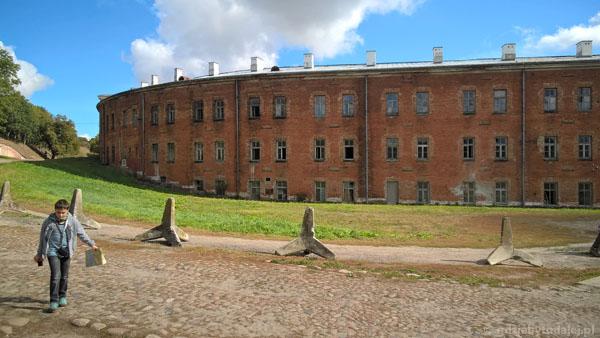 Budynek koszar zakręca na południe i doprowadza do Wieży Tatarskiej.