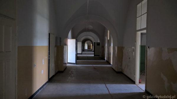 Budynek koszar to niekończące się korytarze.
