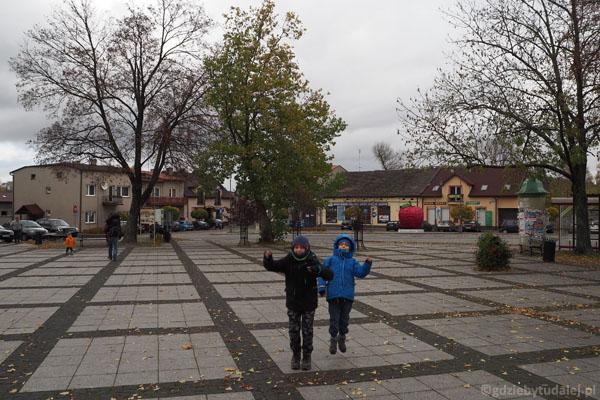 Trapezowaty rynek w Mstowie świetnie nadaje się do wybiegania dzieciaków.