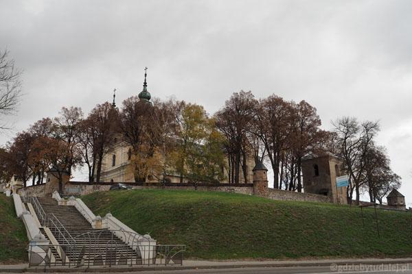 Klasztor w Mstowie otaczała niegdyś fosa i wały ziemne.