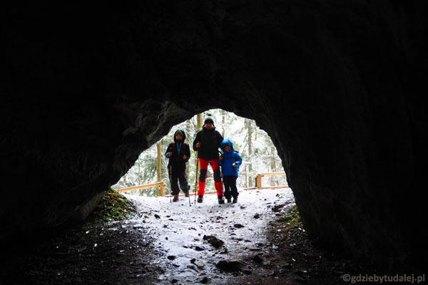 Męska część wycieczki po zwiedzeniu Jaskini Dziura.