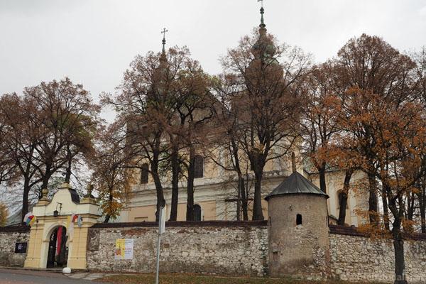 Na teren kompleksu wprowadza późnobarokowa brama z XVIII w.