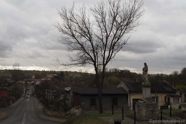 Klasztor jak niegdyś góruje nad Mstowem.