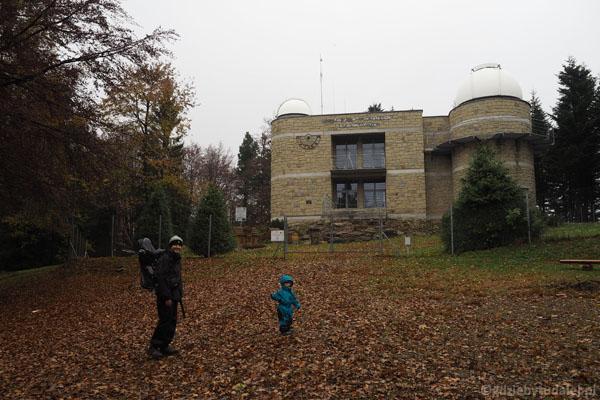 Szczyt Lubomira zajmuje Obserwatorium Astronomiczne im. Tadeusza Banachiewicza.