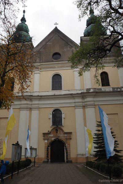Kościół, pierwotnie romański, obecnie ma postać barokową.