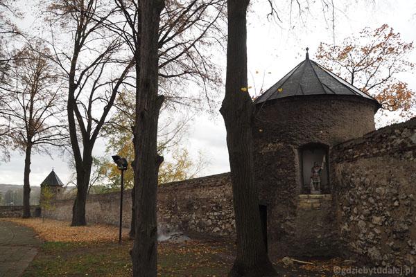W murach obronnych zachowało się dziewięć baszt.