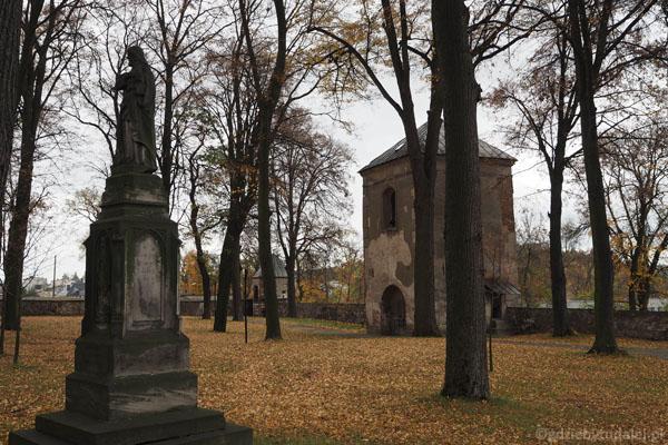 Z dawnego cmentarza zachował się jeden pomnik nagrobny z figurą Chrystusa Dobrego Pasterza.