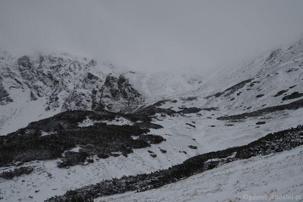Przełęcz Liliowe (1952 m) chowa się w chmurach.