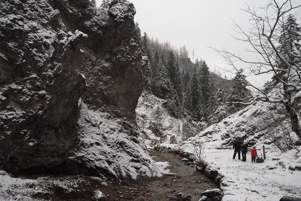 Biały Potok w skalnej oprawie.