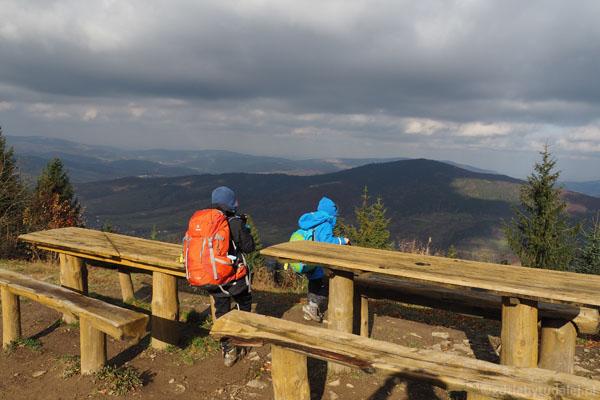 Przez chwilę podziwiamy widoki ze szczytu.