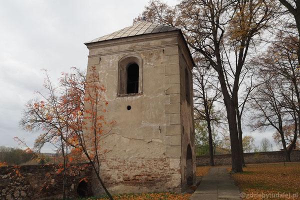 Dawna brama główna mieści obecnie dzwonnicę.