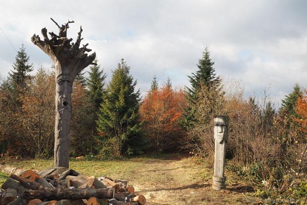 Przyciągające wzrok drewniane rzeźby to dzieło neosłowian.