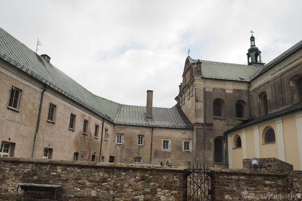 Do kościoła przylegają budynki klasztorne.