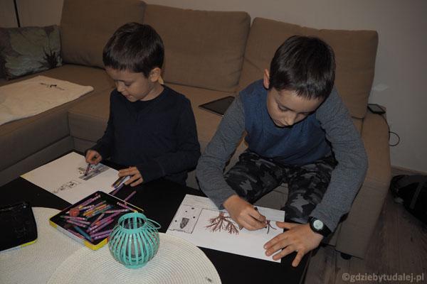 Chłopcy - starym zwyczajem - rysują dzisiejsze wrażenia.