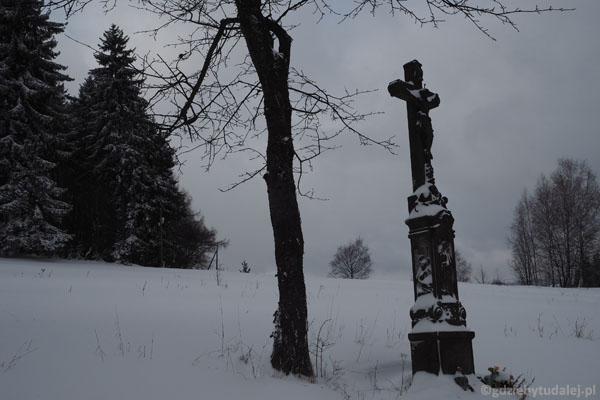 Po drodze mijamy stary kamienny niemiecki krzyż.