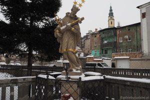 Figura św. Jana Nepomucena nad Bystrzycą Łomnicką.