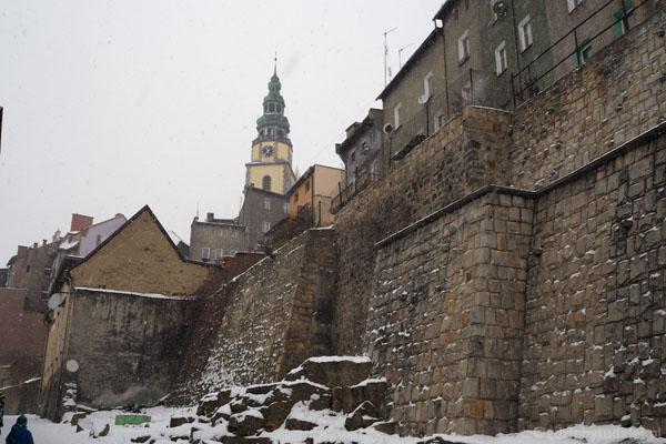 Doskonale zachowały się XIV-wieczne mury miejskie
