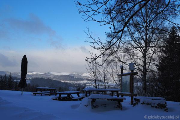 Taraz widokowy przed schroniskiem w zimie jest zupełnie uśpiony