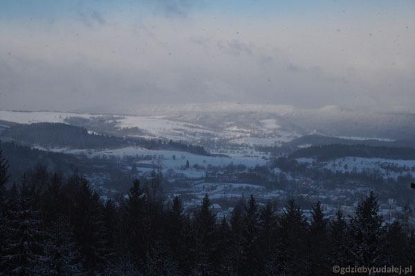 Sprzed schroniska otwierają się piękne widoki na Góry Stołowe.