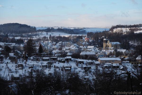 Duszniki są malowniczo położone w dolinie Bystrzycy Dusznickiej.