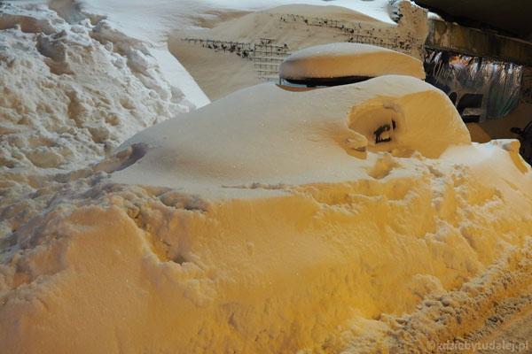 W Zieleńcu wszystko pod śniegiem - nawet samochody