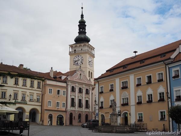 Nad rynkiem wznosi się wieża kościoła św. Wacława