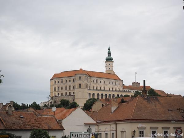 Zamek zbudowano na jednym z wapiennych wzgórz otaczających miasto