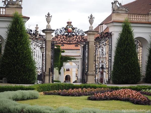 Po przekroczeniu ozdobnej bramy wchodzimy na niewielki, ale zadbany ogród zamkowy